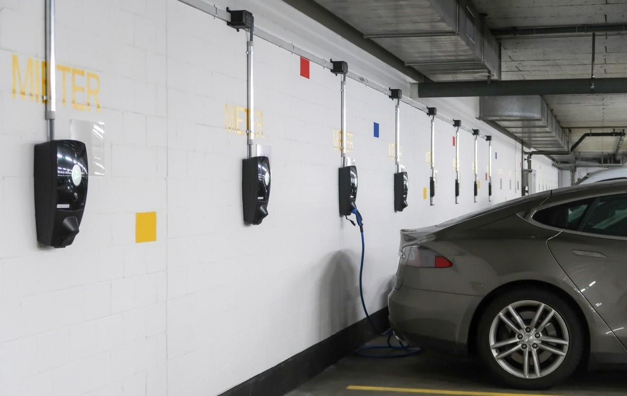 Tesla-Qcharge-Eleqtron-ZAPTEC-charging-laadpaal-laadpalen-oplaadpunt-website-Qcharge.eu-model s-