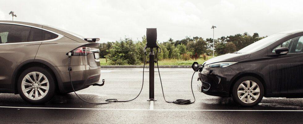 RVO: elektrische auto's net zo veilig als auto's op brandstof